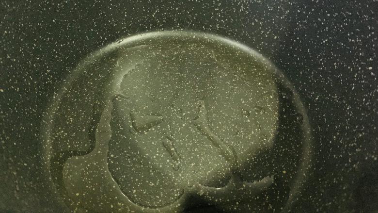 铁板日本豆腐,锅加食用油;
