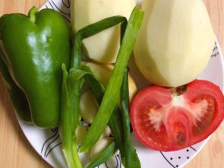 三黄鸡炖土豆,准备好蔬菜,土豆、西红柿、柿子椒、葱姜蒜。