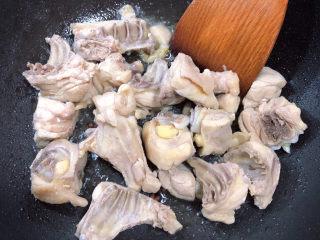 三黄鸡炖土豆,倒入鸡肉块翻炒均匀。