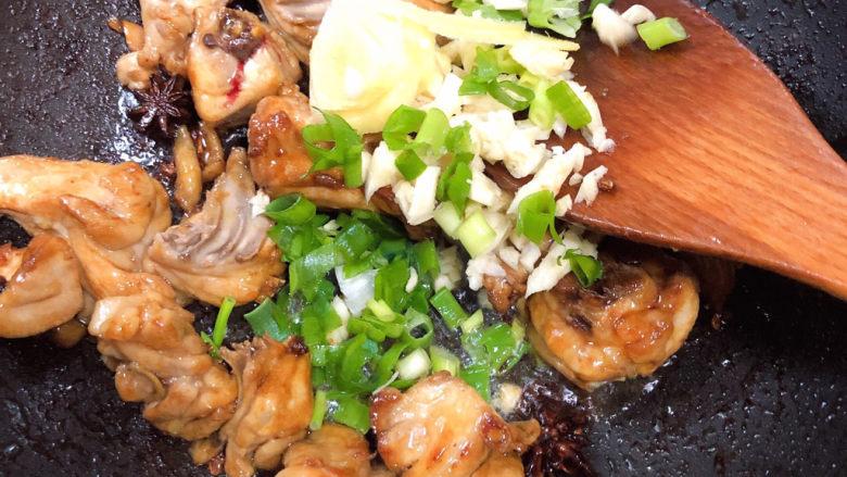 三黄鸡炖土豆,加入葱姜蒜翻炒均匀。