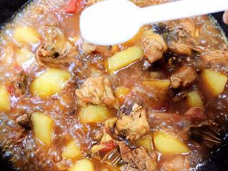 三黄鸡炖土豆,加入盐翻炒均匀,慢炖5分钟。