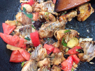 三黄鸡炖土豆,加入西红柿继续翻炒。
