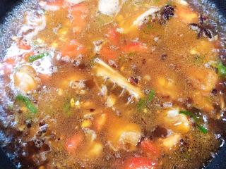 三黄鸡炖土豆,倒入1000ml水,中火炖15分钟。