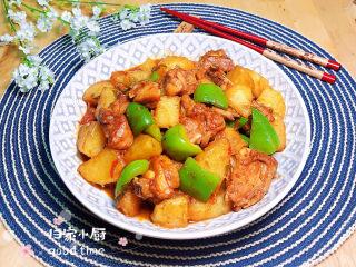 三黄鸡炖土豆,鲜嫩多汁的三黄鸡炖土豆上桌了!