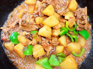 三黄鸡炖土豆,加入青椒翻炒均匀,翻炒两分钟即可出锅。