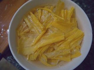 青椒炒腐竹,用开水泡发半小时后捞出备用