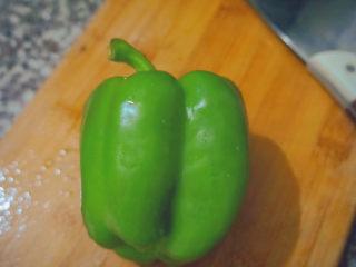 青椒炒腐竹,准备好一个青椒