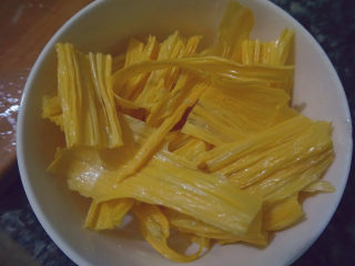 青椒炒腐竹,先将腐竹切成小段