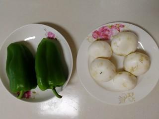 青椒炒口蘑,青椒和口蘑清洗干凈。