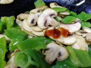 青椒炒口蘑,放一勺蠔油,文火炒勻。