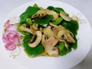 青椒炒口蘑,盛盤。