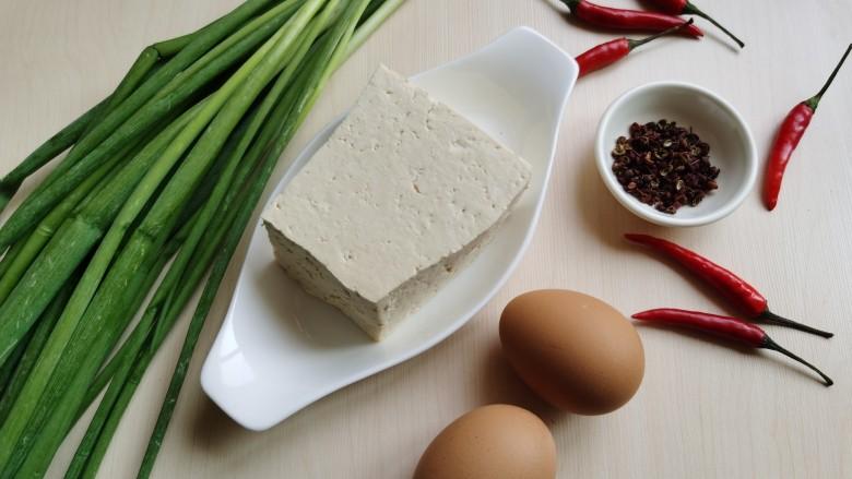 豆腐炒鸡蛋,准备所需食材。