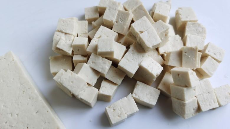 豆腐炒鸡蛋,豆腐随自己喜欢切成豆腐丁或豆腐条。