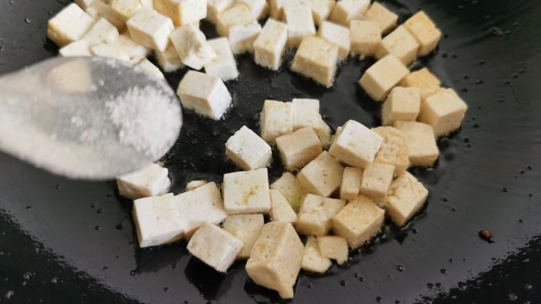 豆腐炒鸡蛋,加入焯水的豆腐,加入少许的食盐让豆腐有点咸味。