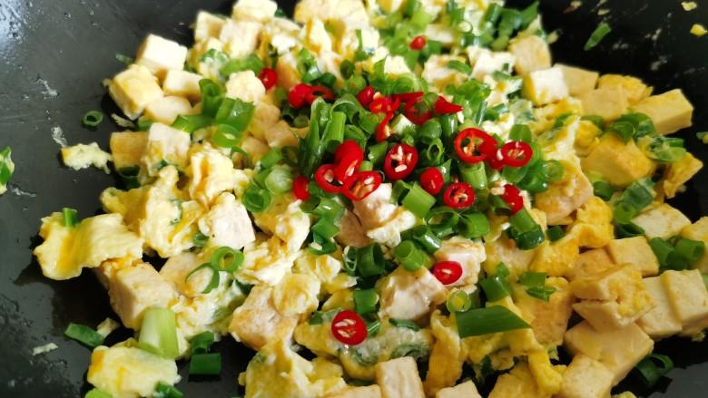 豆腐炒鸡蛋,把辣椒和剩下的一半葱花加入。
