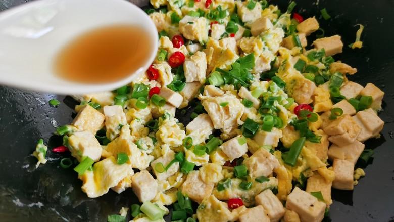 豆腐炒鸡蛋,出锅前加入一勺香油。