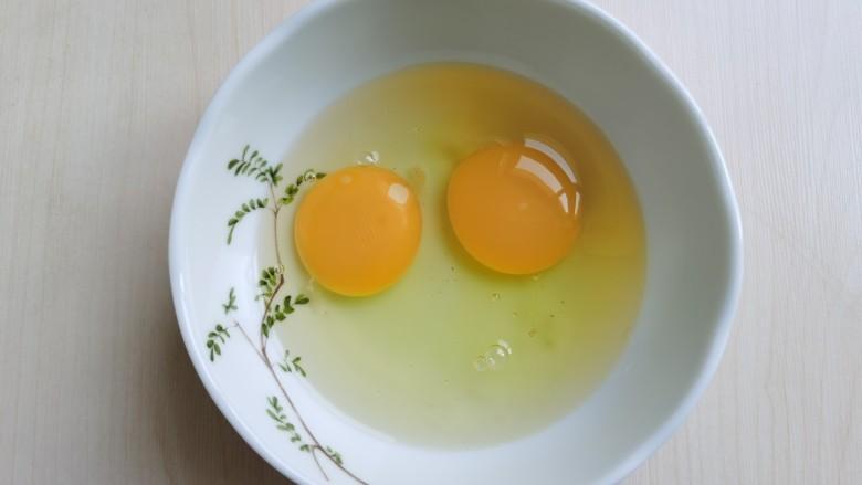 豆腐炒鸡蛋,<a style='color:red;display:inline-block;' href='/shicai/ 9'>鸡蛋</a>打入碗中搅匀。
