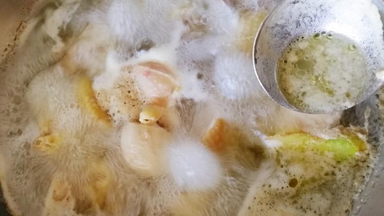 三黄鸡炖土豆,撇去浮沫,捞出控水。