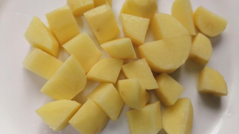 三黄鸡炖土豆,将土豆切成均匀的块状