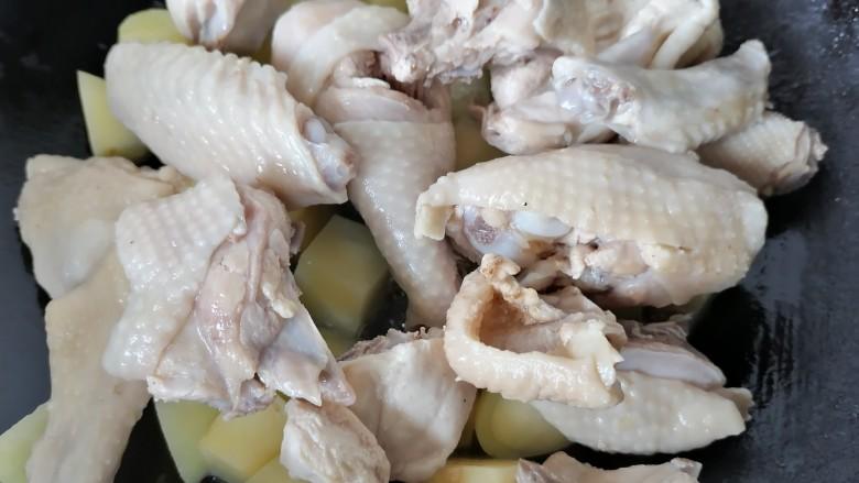 三黄鸡炖土豆,翻炒一会将鸡肉放入一同翻炒