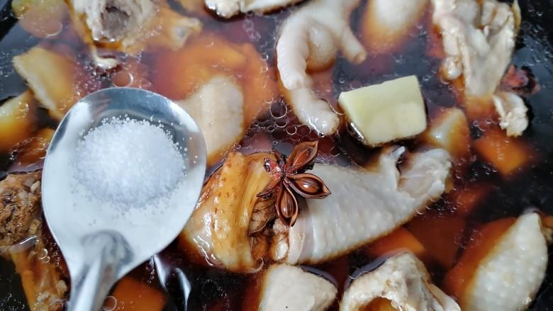 三黄鸡炖土豆,加入适量盐调味