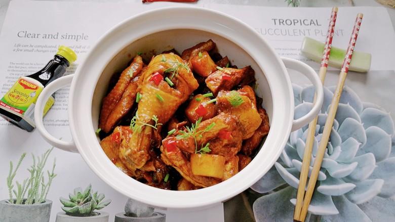 三黄鸡炖土豆,拍上成品图,一道美味又营养的三黄鸡炖土豆就完成了。