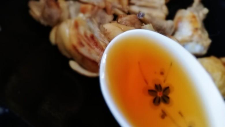 三黄鸡炖土豆,放入一勺<a style='color:red;display:inline-block;' href='/shicai/ 718'>料酒</a>。