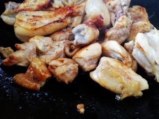 三黄鸡炖土豆,大火烹香。