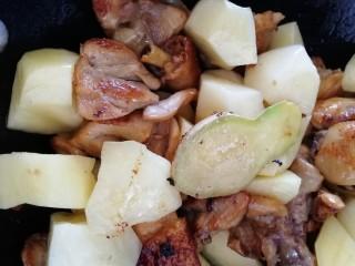 三黄鸡炖土豆,文火炒匀。