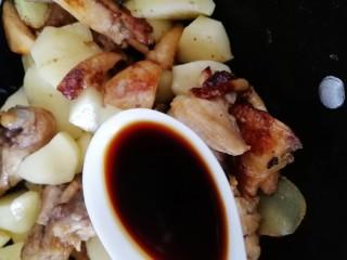 三黄鸡炖土豆,沿锅边淋一勺生抽。