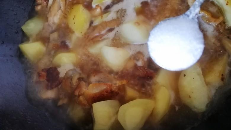 三黄鸡炖土豆,大火炖开,放入一小勺盐。