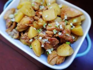 三黄鸡炖土豆,盛出,撒上葱花即可。