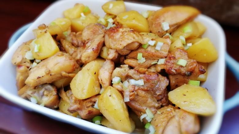三黄鸡炖土豆,嫩嫩的鸡块,搭配绵软翻沙的土豆。