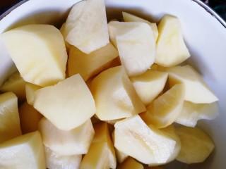 三黄鸡炖土豆,用刀掰成小块。