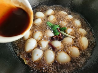 红烧鹌鹑蛋,加入蚝油。