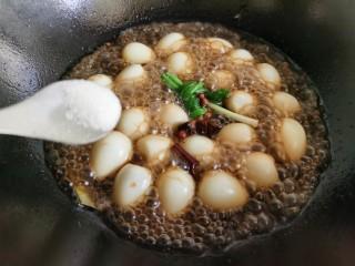 红烧鹌鹑蛋,加入少许食盐,大火烧开后改成小火。