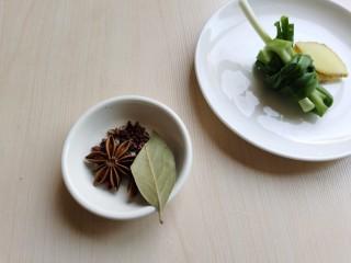 红烧鹌鹑蛋,将花椒、八角、香叶用水冲洗一下,小葱打成葱节,姜切片。