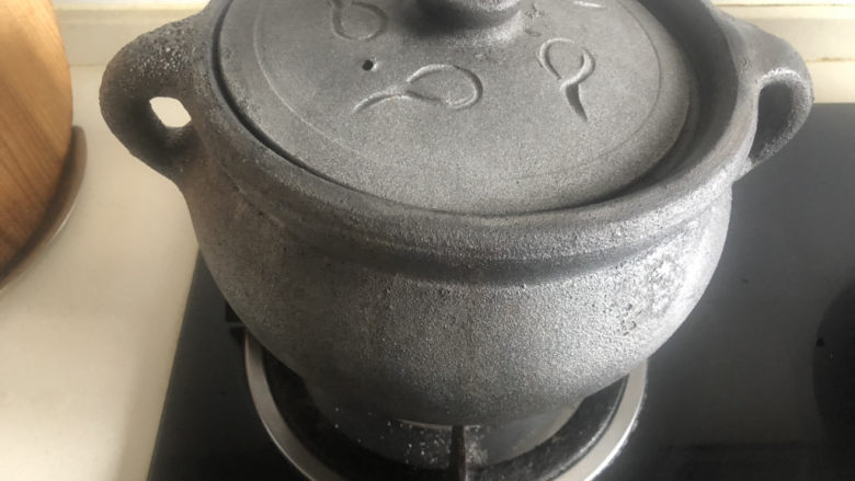 凉拌猪肚丝,盖上盖子,中火煮开。