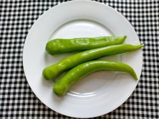 青椒炒皮蛋,青椒洗净备用