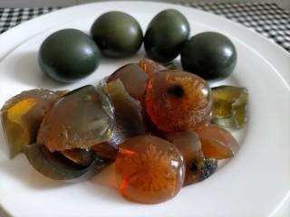 青椒炒皮蛋,处理皮蛋,蛋清蛋黄分离,炒菜时只用蛋清