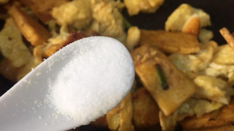 豆腐炒鸡蛋,加入少许的盐