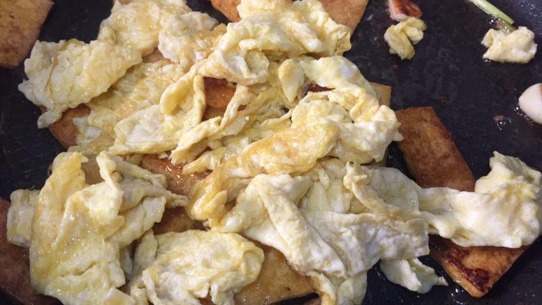 豆腐炒鸡蛋,加入鸡蛋