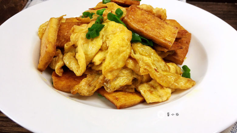 豆腐炒鸡蛋,撒入葱花即可出锅
