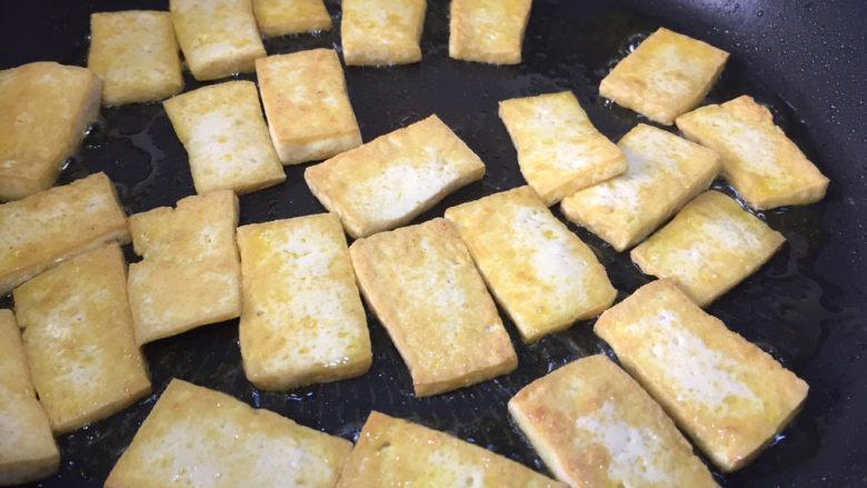 豆腐炒鸡蛋,煎至2面金黄