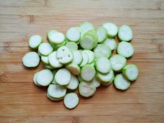 番茄炒丝瓜,切成片。