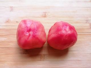 番茄炒丝瓜,番茄洗干净去皮。
