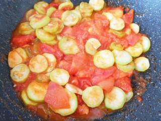 番茄炒丝瓜,翻炒至丝瓜片变软。