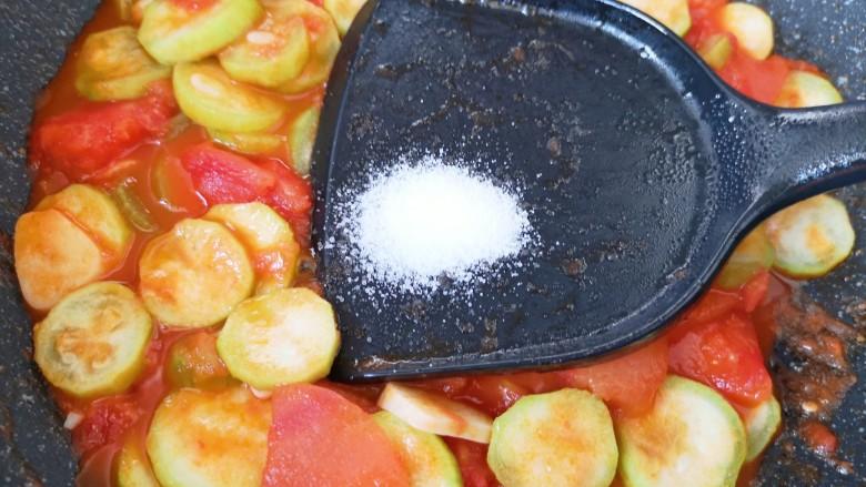 番茄炒丝瓜,放盐调味。