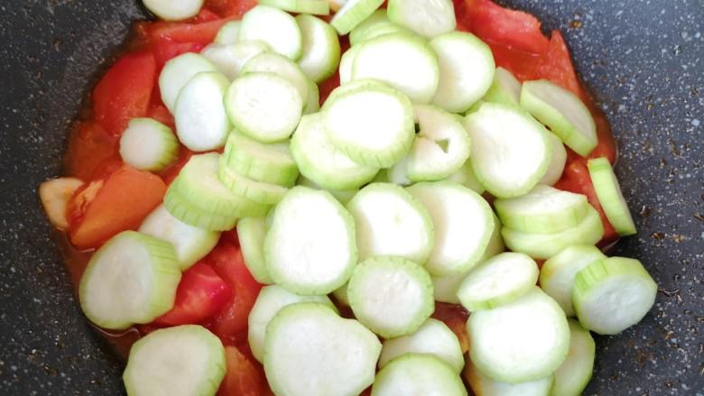 番茄炒丝瓜,下入丝瓜片。