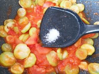番茄炒丝瓜,放糖调味。